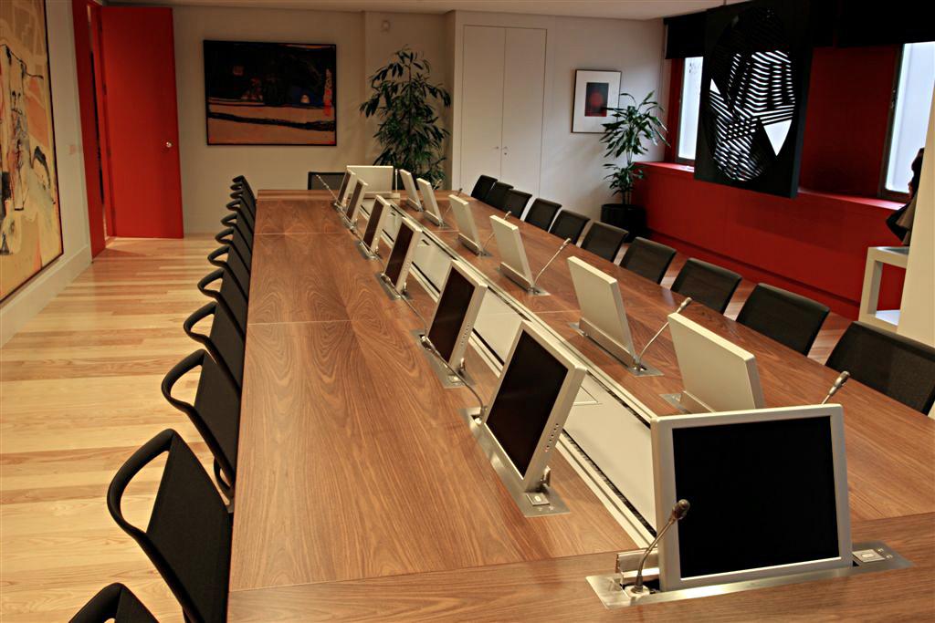 Готовое решение: выдвижные мониторы arhtur holm для конферен.